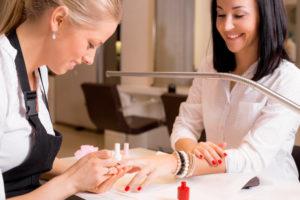 Сколько зарабатывает мастер маникюра в салоне и на дому: средняя зарплата которую получают мастера маникюра и педикюра в России и в Москве