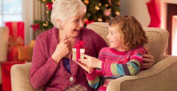 Что можно подарить бабушке на Новый 2021 год?